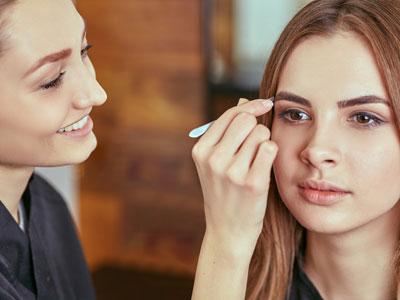 Augenbrauen zupfen Anleitung: So gelingt die perfekte Form