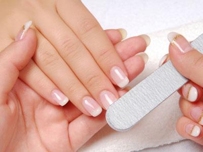 die Nägel in Form feilen für die French Manicure